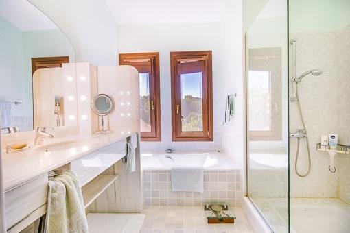Modernes Tageslichtbadezimmer mit Badewanne und Dusche
