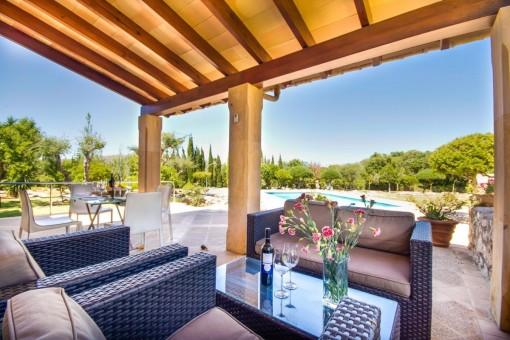 Loungebereich auf der überdachten Terrasse
