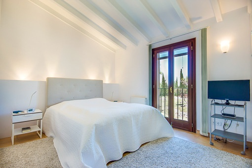Gemütliches Schlafzimmer mit Panoramafenstern