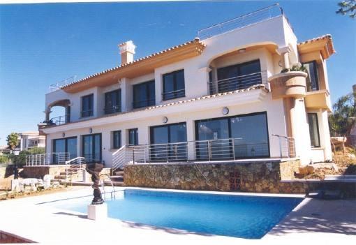 Moderne Doppelhaushälfte mit Pool in erster Meereslinie in Bahia Azul