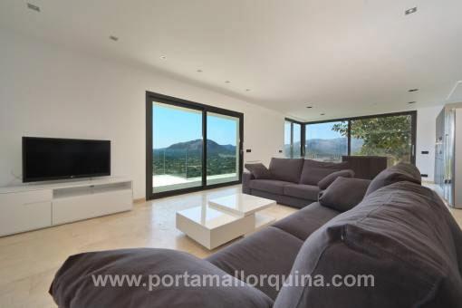 Modernes Wohnzimmer mit fantastischem Ausblick