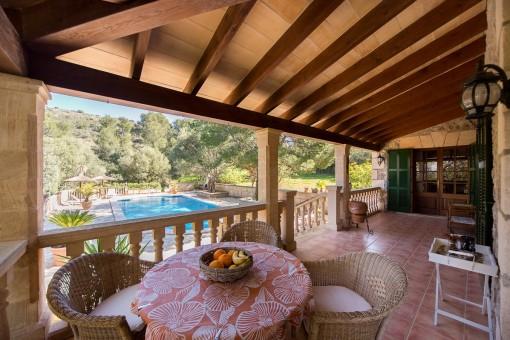 Balkon mit Blick auf den Swimmingpool