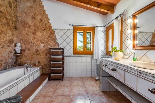 Badezimmer mit Natursteinwand