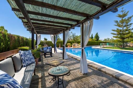 Loungebereich beim Pool