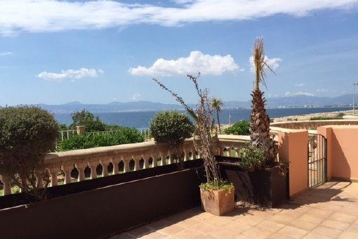 Erdgeschosswohnung mit Terrasse und Gemeinschaftspool in erster Meereslinie