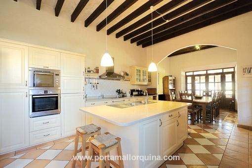 Moderne Küche und Blick in den Essbereich
