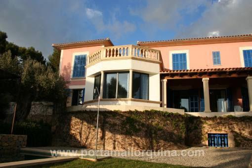 Möblierte Villa mit Pool und Meerblick in Strandnähe