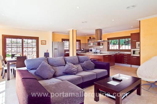 Kombinierter Wohn-Ess- und Küchenbereich