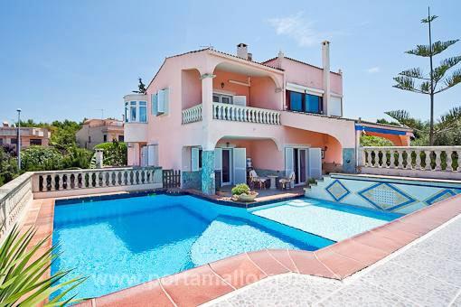 Ruhig gelegene Villa mit Meerblick, Pool und großem Garten