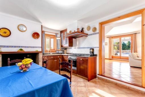 Urige Küche mit Kamin