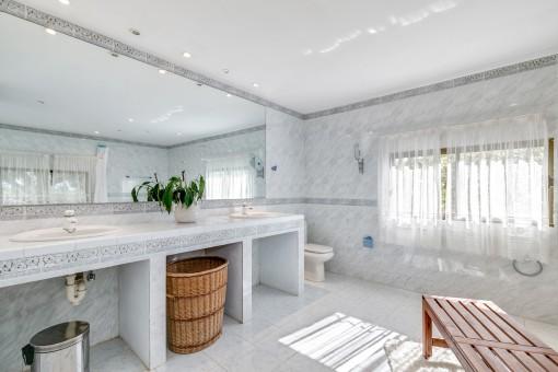 Das helle Hauptbadezimmer