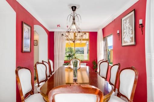 Der rote Salon mit Esstisch