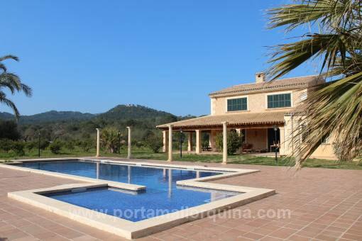 Traumhafte, stilvolle Natursteinfinca mit großem Pool und mediterranem Garten
