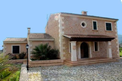 Außenansicht der Finca im mediterranen Stil