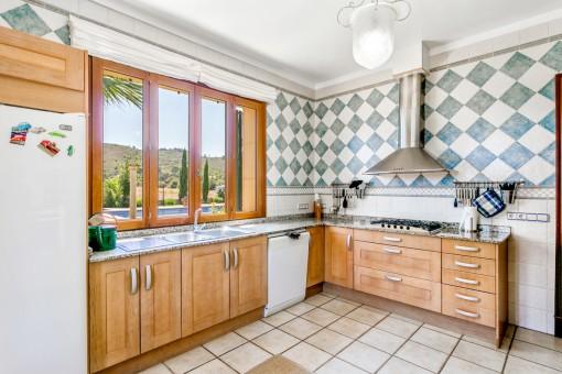 Küche mit Blick zum Pool