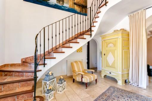 Eine Treppe führt ins Obergeschoss