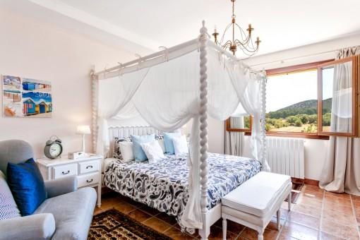 Herrliches Schlafzimmer mit Landschaftsblick