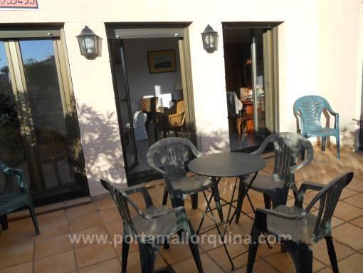 Helle, möblierte Erdgeschosswohnung mit Gemeinschaftspool und Terrasse in Strandnähe