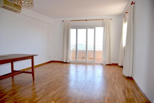 Heller Wohnbereich mit Balkon