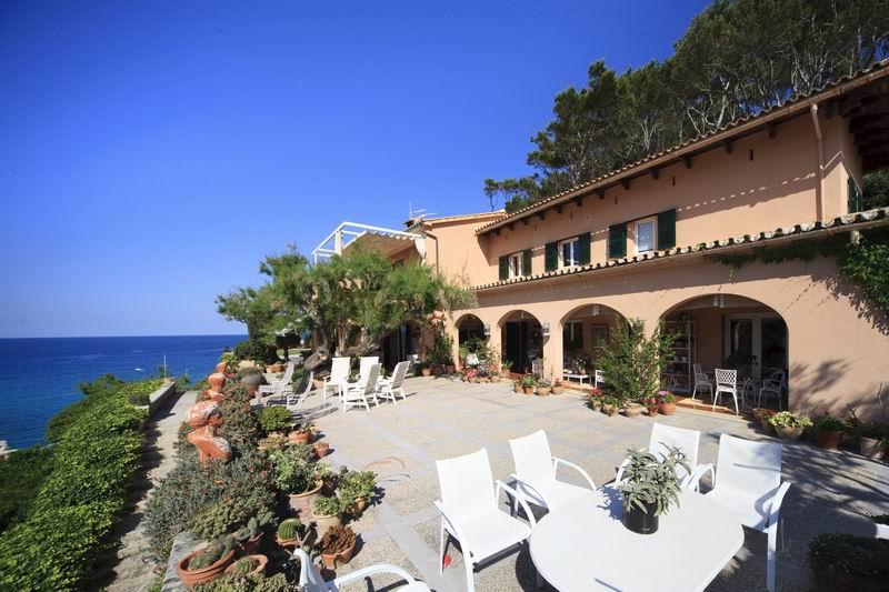 Sehr geräumige Villa in hervorragender Meereslage mit viel Potenzial