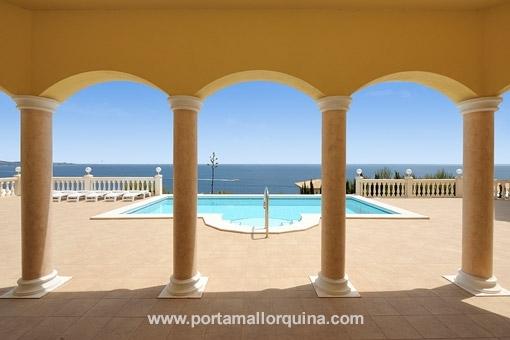 Blick auf den Swimmingpool von der Terrasse