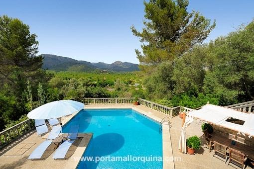 Villa mit vielen Terrassen, großem Poolbereich und schöner Aussicht auf das Tramuntanagebirge