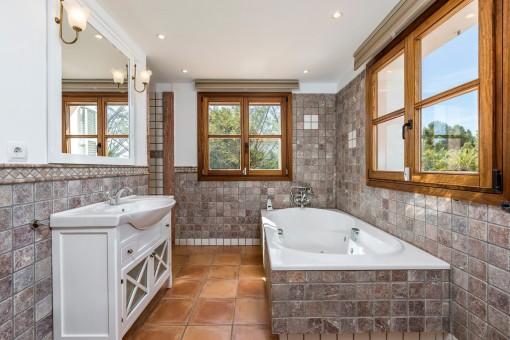 Schönes Badezimmer mit Badewanne, Dusche und Fenster