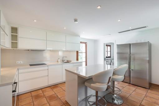 Moderne und voll ausgesatterte Küche