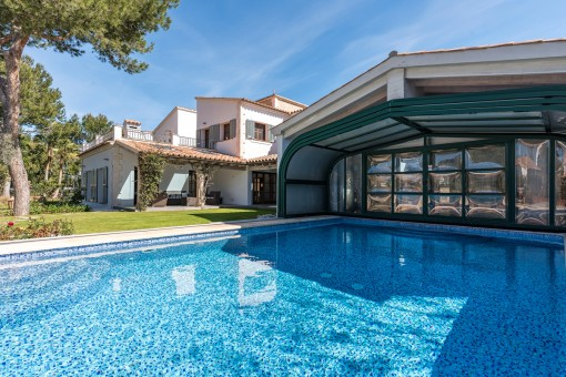 Der beheizte Pool hat ein ausfahrbares Dach