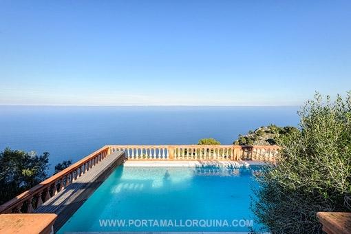 Beeindruckender Blick auf den Swimmingpool und das Mittelmeer