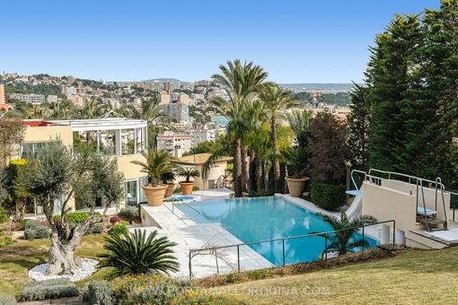 Beeindruckendes Herrenhaus mit 2 Pools und einem Tennisplatz