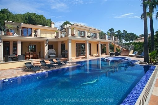 Repräsentative Villa mit Blick aufs Meer in Cas Catala