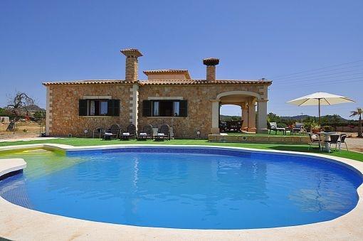 Poolbereich mit Sonnenterrasse