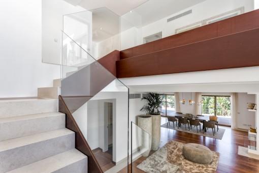 Galerie und Treppenaufgang der Villa