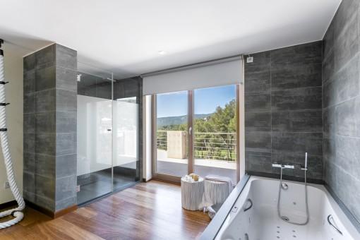Hauptbadezimmer mit Jacuzzi