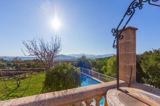 Blick auf den Swimmingpool vom Balkon