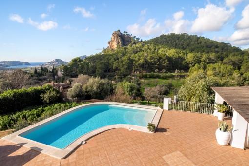 Weitläufiger Poolbereich und Terrasse