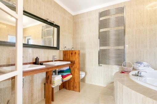 Badezimmer mit Heizung für Handtücher