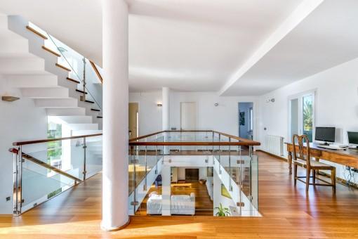 Moderne Galerie auf dem ersten Stock die als Büro genutzt wird