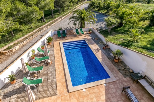 Der wundervolle Pool wird umgeben von einer großen Poolterrasse
