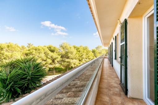 Lange und überdachte Terrasse