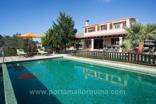 Blick auf das Anwesen mit Pool