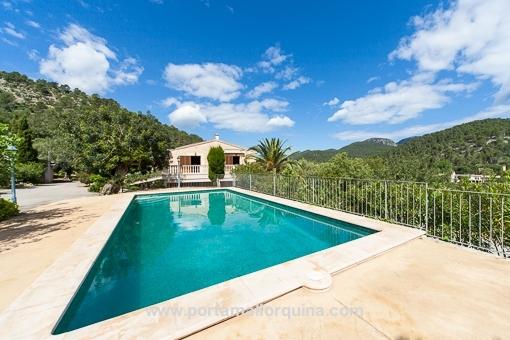 Swimmingpool mit fantastischem Landschaftsblick