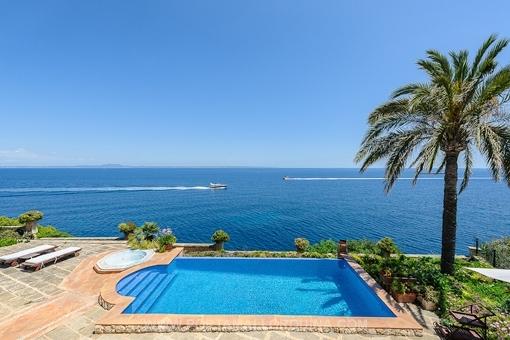 Großzügige Luxusvilla in erster Meereslinie umgeben von Naturlandschaft