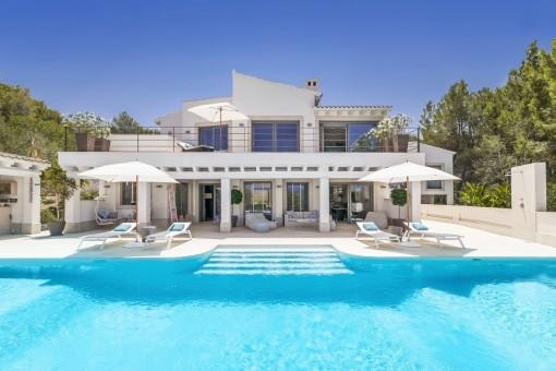 Außenansicht der einzigartigen Villa mit Pool