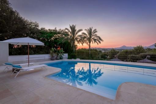 Genießen Sie den idyllischen Sonnenuntergang am Pool