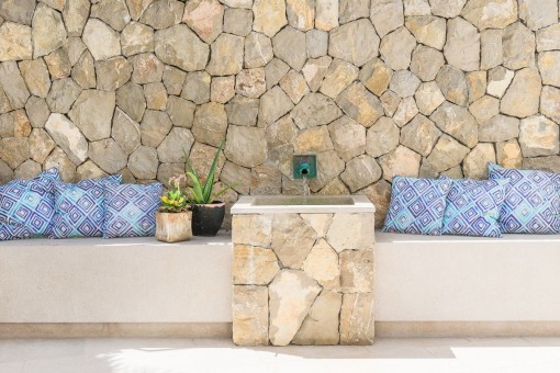 Natursteinelemente im Eingangsbereich