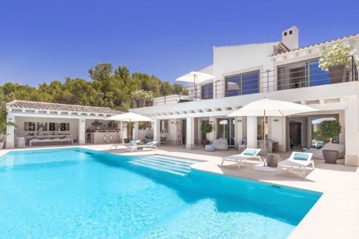 Beeindruckende Villa mit Sitzecke am Pool