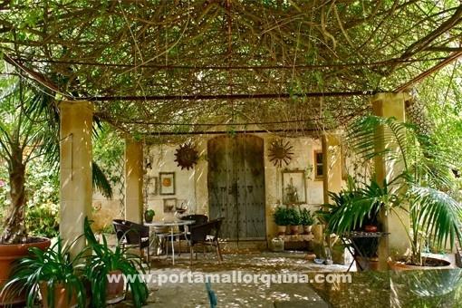 Schöne Sitzecke auf der überdachten Terrasse