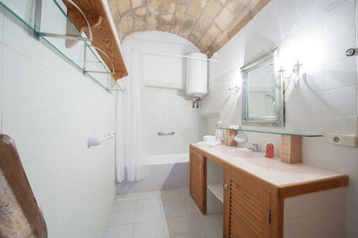 Badezimmer mit Badewanne und Gewölbe